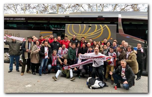 Los aficionados posan con los jugadores franjivino después del partido. Foto: OF