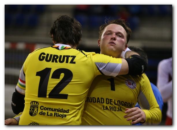 Jakub Krupa recibe la felicitación de su compañero Gurutz Aginagalde. Foto: Juan Marín