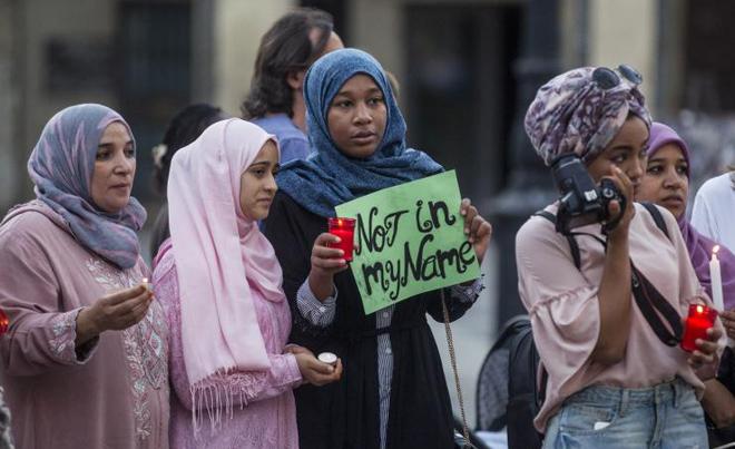 LOGRONO. Plaza del Mercado. La Comunidad Musulmana en La Rioja convoca un acto de paz como «dialogo interreligioso». 20 agosto 2017. Justo Rodriguez