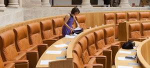 Natalia Rodríguez, diputada de Podemos, antes de iniciarse el último pleno del Parlamento de La Rioja. Foto de Díaz Uriel.