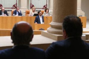 Diego Ubis, ayer en el atril del Parlamento. En primer plano, García Calzada y Ureña. Foto de Juan Marín
