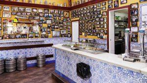 Interior de El Doble, en la esquina de Ponzano con Abascal. Foto de Mahou