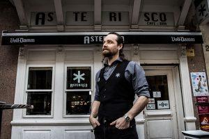 Óscar, delante de su Asterisco. Foto de Justo Rodríguez