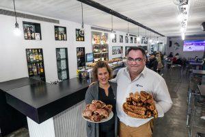 Marta y Eduardo, al frente de La Algarada. Foto de Justo Rodríguez