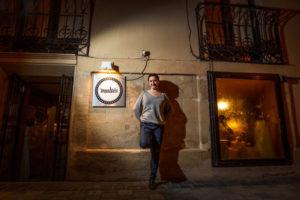 Nuria, a la puerta del Maltés. Foto de Justo Rodríguez